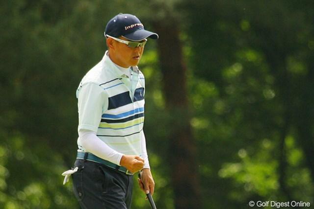 2010年 ダイヤモンドカップゴルフ 初日 谷口徹 2連続バーディスタートの谷口徹は、12番で5mのパーパットを決めて右手を握り締め気合いを入れた