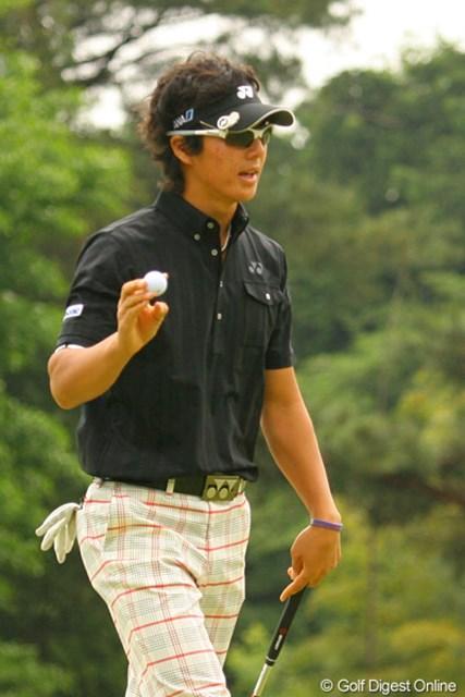 2010年 ダイヤモンドカップゴルフ 初日 石川遼 13番でこの日2つ目のバーディを奪いギャラリーの声援に応える石川遼。ところが、この後はトラブルが続く