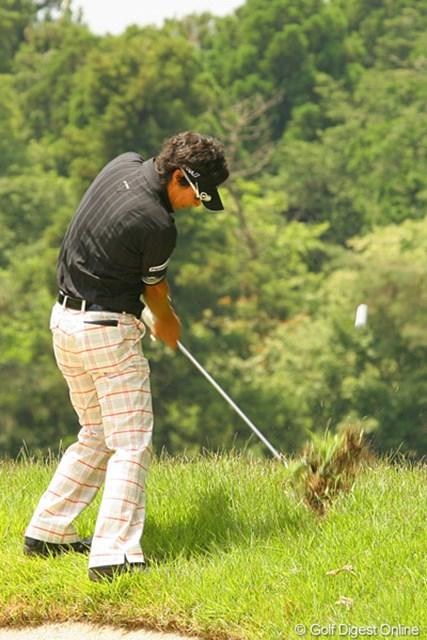 2010年 ダイヤモンドカップゴルフ 初日 石川遼 14番で右の斜面から。この1打は右には打ちたくなかったが、右サイドのラフに打ち込みがっくりうなだれる