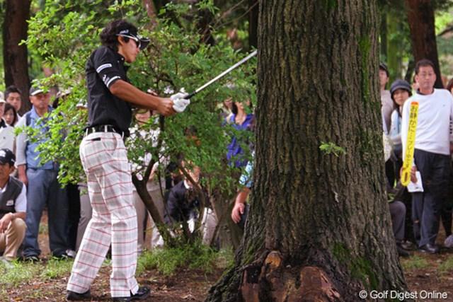 2010年 ダイヤモンドカップゴルフ 初日 石川遼 5番の2打目「最近練習していなかった」という左打ちは、林から脱出できず、再びラフへ