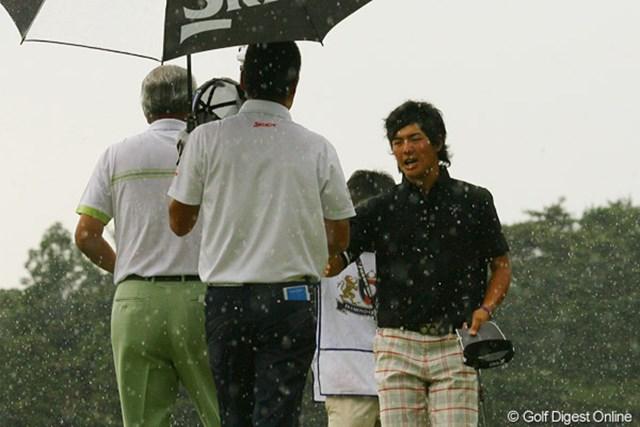 2010年 ダイヤモンドカップゴルフ 初日 石川遼 石川がホールアウトしたときは、本降りというかドシャ降り。ギャラリーの皆さんも逃げる間もなくお疲れさまでした