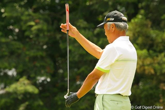 2010年 ダイヤモンドカップゴルフ 初日 青木功 このスタイル、青木功のライン読みは何十年も変わりません