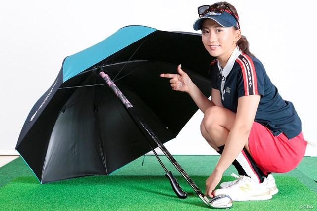 雨の日のゴルフ 絶対に濡らしてはいけないものは? 江口紗代 傘の内側の骨組み(受骨)にグリップを入れて立てかける