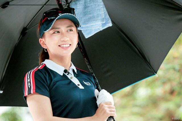 雨の日のゴルフ 絶対に濡らしてはいけないものは? 江口紗代 力強いスイングとキュートなビジュアルでファン急増中