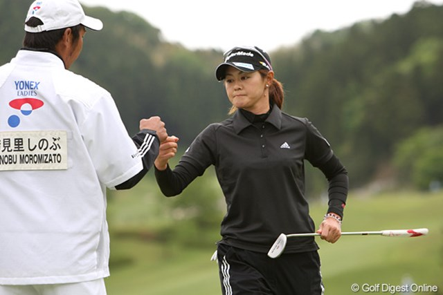 2010年 ヨネックスレディスゴルフトーナメント 初日 諸見里しのぶ 最終ホールをバーディ、キャディ君とタッチです