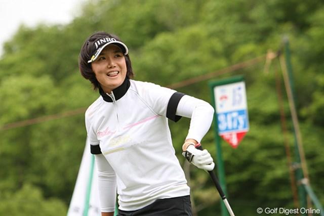 2010年 ヨネックスレディスゴルフトーナメント 初日 全美貞 ナイスショ~ット。ギャラリーの声援に照れ笑いです
