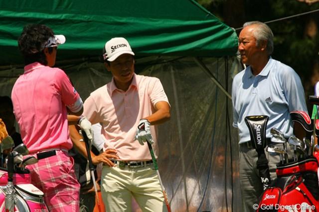 2010年 ダイヤモンドカップゴルフ 2日目 石川遼 兼本貴司 青木功 この日の朝、棄権した青木功がスタート前の石川遼、兼本貴司をねぎらいに1番ティに姿を見せた