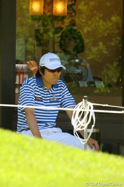2010年 ダイヤモンドカップゴルフ 2日目 金庚泰 サングラスをしているので表情は見にくいですが、実は疲れもあるんです!ちょっと一休み