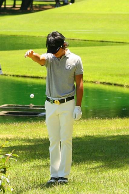 2010年 ダイヤモンドカップゴルフ 2日目 矢野東 ところが予想以上に風が強く、あえなくグリーン手前に池ポチャ。それでも2オーバーのギリギリで予選は突破