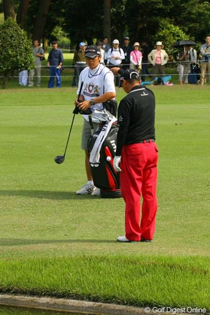 2010年 ダイヤモンドカップゴルフ 2日目 谷口徹 「え、池なの?」そんな表情でボールを探しに来た谷口徹。9番で痛恨のダブルボギー