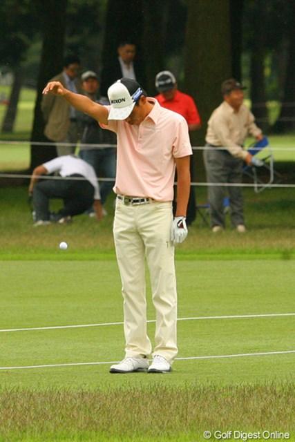 2010年 ダイヤモンドカップゴルフ 2日目 兼本貴司 「みんな、もっと肩より上からドロップしようね」ドロップの見本を見せるのは18番で池に入れた兼本貴司