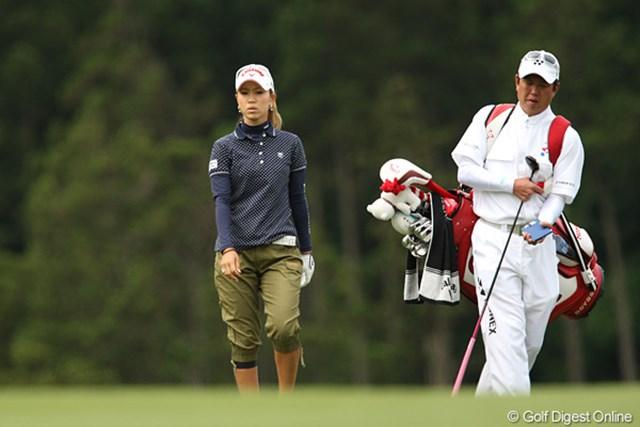 2010年 ヨネックスレディスゴルフトーナメント 2日目 上田桃子 右足のズボンの下から見えるサポーターが痛々しい上田桃子