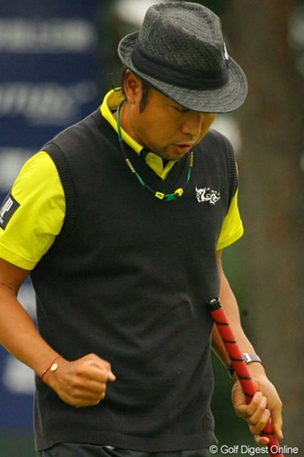 2010年 ダイヤモンドカップゴルフ 3日目 片山晋呉 最終18番でパーセーブし、渾身のガッツポーズを見せた片山晋呉