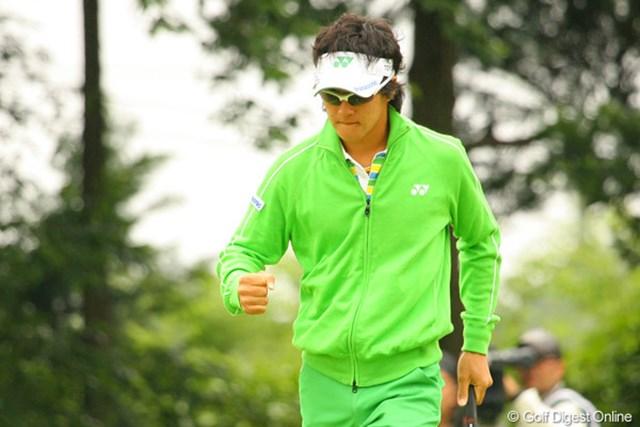 2010年 ダイヤモンドカップゴルフ 3日目 石川遼 13番でスタートから4連続目のバーディを決め、力のこもったガッツポーズの石川遼