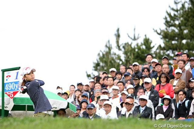 2010年 ヨネックスレディスゴルフトーナメント 2日目 上田桃子 ギャラリーの声援を背に元気にスタート