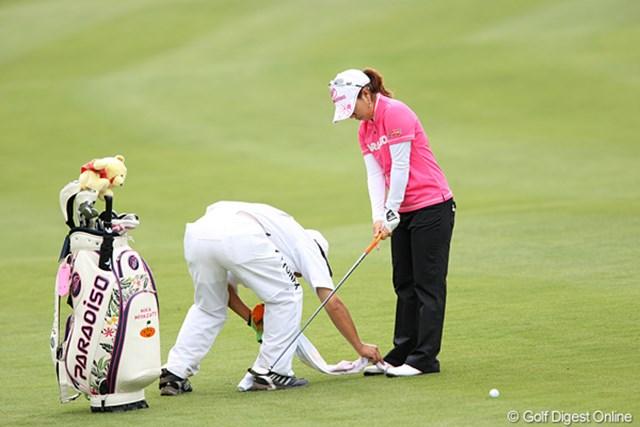 2010年 ヨネックスレディスゴルフトーナメント 2日目 宮里美香 キャディ君が美香ちゃんの靴を磨いてます。大変ですね
