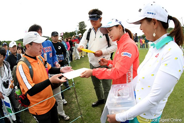2010年 ヨネックスレディスゴルフトーナメント 2日目 横峯さくら&横峯瑠依 今日も横峯姉妹で募金活動、ご苦労様です