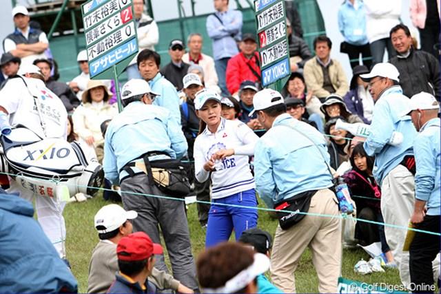 2010年 ヨネックスレディスゴルフトーナメント 2日目 横峯さくら ホールアウト後、ボランティアの人たちにボールをプレゼントする、さくらちゃん