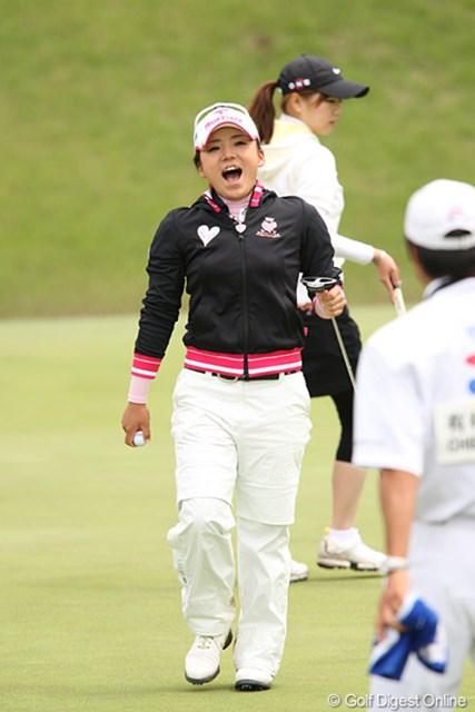 2010年 ヨネックスレディスゴルフトーナメント 2日目 有村智恵 バーディーフィニッシュで最高の笑顔、今日1番です