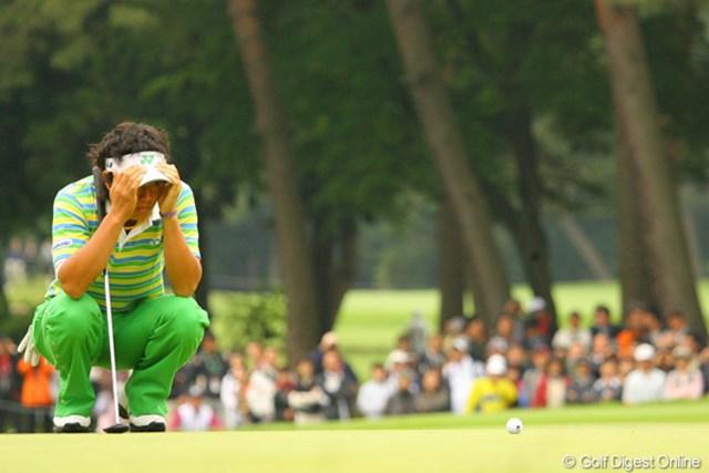 2010年 ダイヤモンドカップゴルフ 3日目 石川遼 この日はパッティングラインを読む際に、このように顔を覆って集中することが多かった