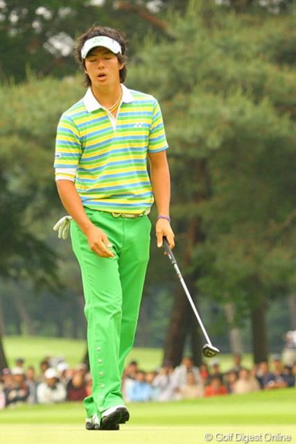 2010年 ダイヤモンドカップゴルフ 3日目 石川遼 中盤以降は微妙にラインが狂った石川遼。パットが決まらず思わず天を仰ぐ