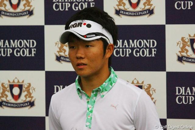 2010年 ダイヤモンドカップゴルフ 3日目 浅地洋祐 この日もスコアを1つ伸ばし7アンダー6位タイの浅地洋祐。テレビインタビューはさすがに緊張顔だ