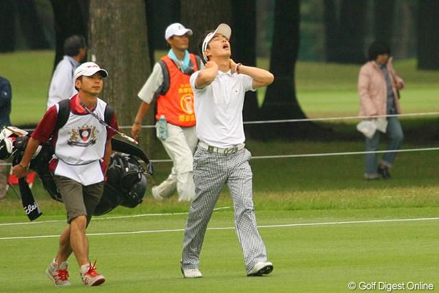 2010年 ダイヤモンドカップゴルフ 3日目 金亨成 疲れがたまっているのか!?歩きながら首をマッサージする韓国の金亨成