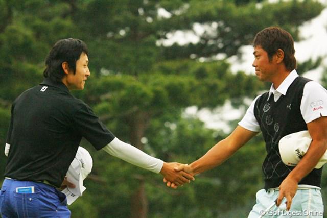 2010年 ダイヤモンドカップゴルフ 3日目 金庚泰 谷原秀人 最終組でラウンドした金庚泰と谷原秀人は互いの健闘を称え握手を交わした