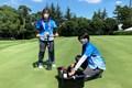 オリンピックのカップ切りを担当する尾崎さん(左)と磯村さん(右)