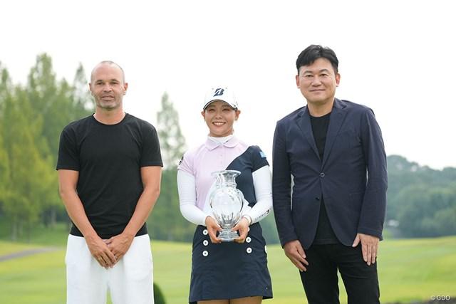 2021年 楽天スーパーレディース 最終日 吉田優利 三木谷浩史・大会名誉会長(右)とイニエスタ選手(左)が吉田優利の初Vを見届けた