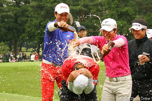 2010年 ダイヤモンドカップゴルフ 最終日 金庚泰 ホールアウト後、待っていたI.J.ジャンなど韓国勢に祝福のビールをかけられる金庚泰(おかげでグリーンはビールの匂いが充満しました)