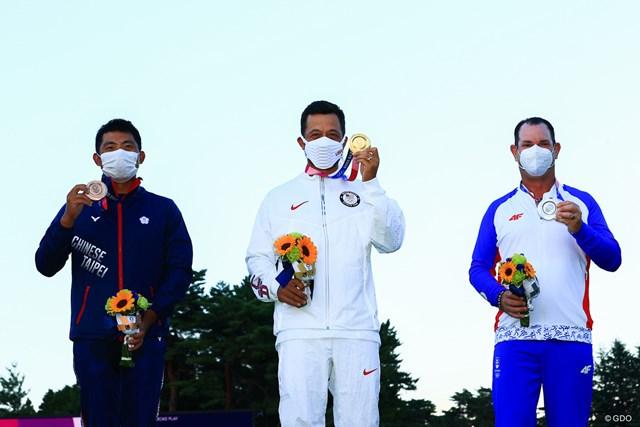 2021年 東京五輪 最終日 パン・チェンツェン ザンダー・シャウフェレ ロリー・サバティーニ 金メダルを獲得したザンダー・シャウフェレ(中央)。銀のロリー・サバティーニ(右)、銅のパン・チェンツェン