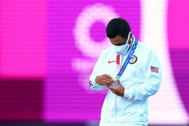 ザンダー・シャウフェレ 金メダルを見つめるザンダー・シャウフェレ