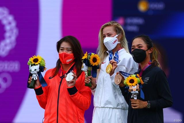2021年 東京五輪  最終日 稲見萌寧 ネリー・コルダ リディア・コー 稲見萌寧(左)が銀メダルに輝いた(中央は金のネリー・コルダ、右は銅のリディア・コー)