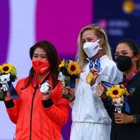 稲見萌寧(左)が銀メダルに輝いた(中央は金のネリー・コルダ、右は銅のリディア・コー) 2021年 東京五輪  最終日 稲見萌寧 ネリー・コルダ リディア・コー