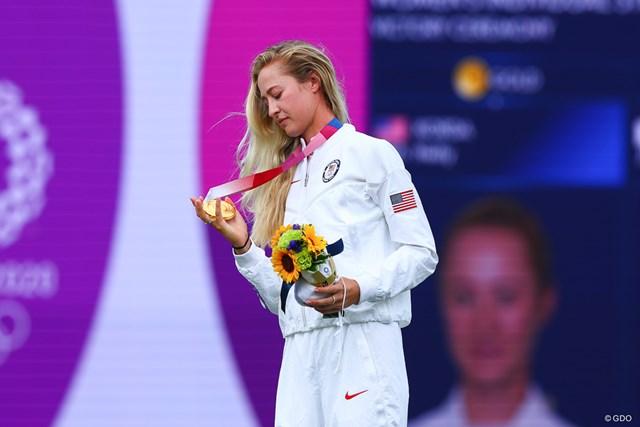 2021年 東京五輪 最終日 ネリー・コルダ 金メダルを見つめるネリー・コルダ