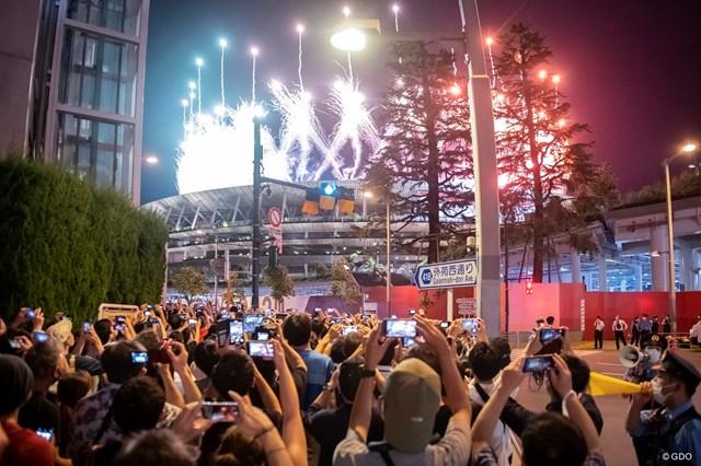 2021年 東京五輪 閉会式 国立競技場の外に集まる人々