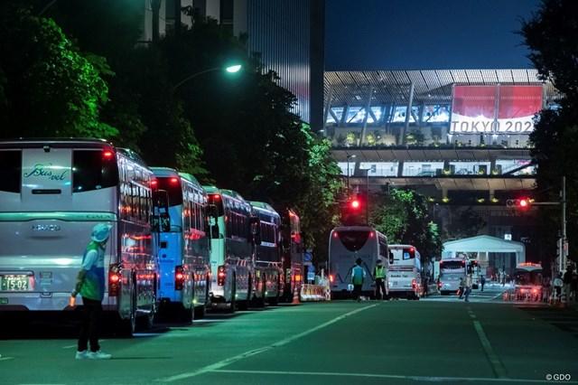 2021年 東京五輪 閉会式 規制された道路で関係者を送迎するバスが待機する
