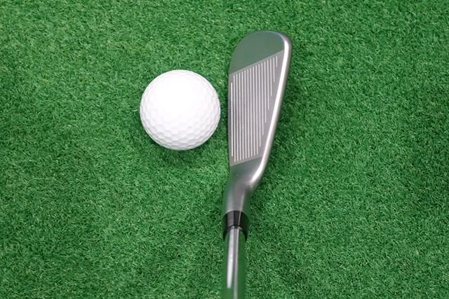 新製品レポート ピン i59 アイアン ヘッドは小ぶりでシャープ。いちばん下のスコアラインが白く着色されていて、フェースの向きを認識しやすい