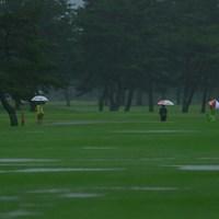 コースには多くの水たまりができた 2021年 NEC軽井沢72ゴルフトーナメント 2日目 コース