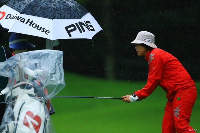 拭いていただけますか?の姿勢、 2021年 NEC軽井沢72ゴルフトーナメント 2日目 大山志保