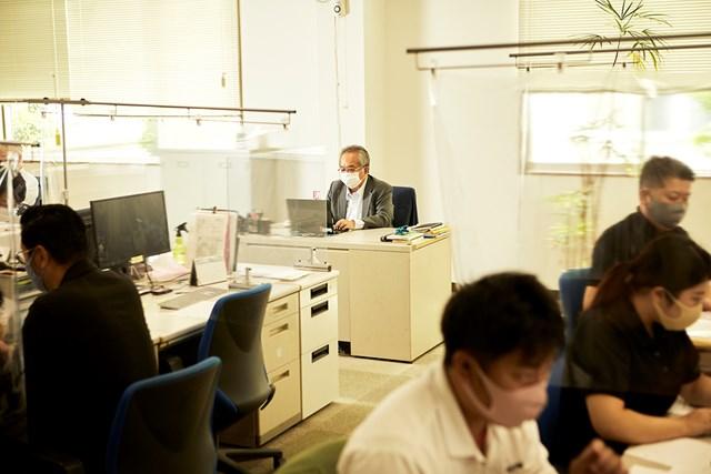 日本シャフト 酒井社長 あえて社長室を使用せず、社員と同じフロアにデスクを並べる(撮影:岡崎健志)