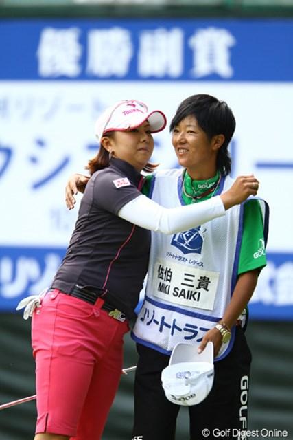 ホールアウト後にキャディさんと抱き合ってます。握手をするのがほとんどで、あまり日本では見ない光景ですね。5アンダー2位タイスタートです