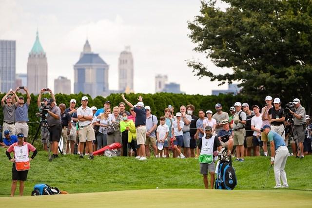 2021年 ザ・ノーザントラスト 2日目 ジョーダン・スピース スピースは18番でグリーンを外したものの、チップを寄せきってコース記録タイ(Tracy Wilcox/PGA TOUR via Getty Images)