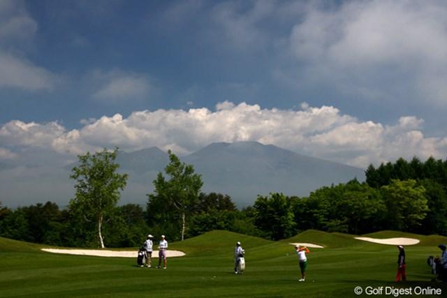 背景は浅間山です。軽井沢らしい景色です