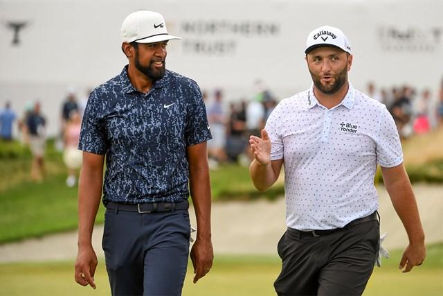 2021年 ザ・ノーザントラスト 3日目 ジョン・ラーム トニー・フィナウ 大会3日目、同組でプレーしたラームとフィナウ(Tracy Wilcox/PGA TOUR via Getty Images)