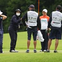 グリーン上、強風でボールが動き競技委員の指示に従う 2021年 CAT Ladies 最終日 宮里美香