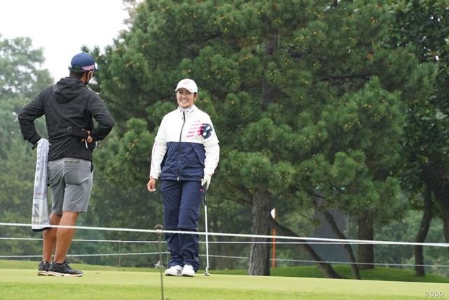 2021年 ニトリレディスゴルフトーナメント 事前 稲見萌寧 練習ラウンドを終えてパッティンググリーンで練習する稲見萌寧