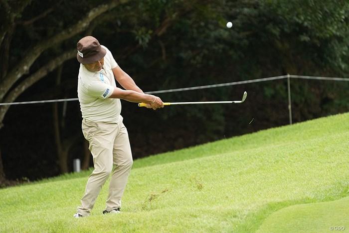 柔らかいアプローチを見せる 2021年 Sansan KBCオーガスタゴルフトーナメント 初日 片山晋呉
