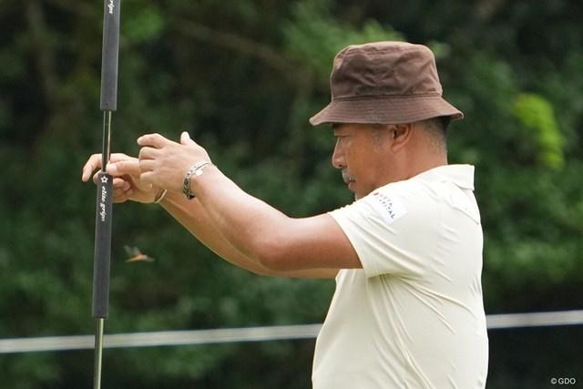 2021年 Sansan KBCオーガスタゴルフトーナメント 初日 片山晋呉 パットのラインを見ているそばを虫が通過、秋の気配が